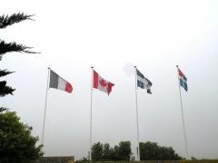 Maison de Jacques Cartier, dite Les Portes Cartier - Français:   Drapeaux français, canadien, québécois et malouin dans le Manoir de Limoëlou à Saint-Malo.