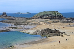 Tombeau de Chateaubriand et ensemble de l'îlot du Grand Bé - Deutsch: Grand Bè (Île-de-marée) ist eine Gezeiteninsel im Ärmelkanal vor der Stadt Saint Malo, Frankreich.  Auf der danebengelagerten Insel Petit Bé befindet sich das Fort Petit Bé.