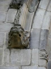 Eglise Notre-Dame - 4ème chapelle de la façade sud de l'église Notre-Dame de Vitré (35). Culot gauche de l'archivolte de la baie.