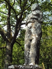 Statue dite Vénus de Quinipily - Français:   C\'est un monument de 2,20 m de haut, posée sur le linteau d\'une fontaine en granite. La sculpture représente une Vénus ou une Isis antique, nue, debout, croisant les bras sous la poitrine, serrant une longe écharpe qui lui cache le mont de Vénus.