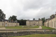 Château de Kerguéhennec et ses dépendances - Deutsch: Das Château de Kerguéhennec dient als Stätte für Kunstausstellungen und Aktionen.
