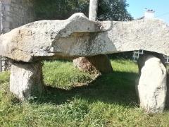 Dolmen de Cruz-Menquen - English: Un Dolmen entre les murs de Carnac