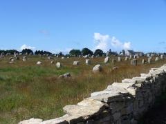 Six menhirs de l'enceinte du Ménec -  1099 Menhire,bis zu 4 Meter hoch,von Ost nach West in 1167 Meter Langen Alignements(Steinreihen) in einem Halbkreis(Cromlechs) endend. (Jungsteinzeit, Neolithikum, Neolithic,Néolithique 4500-2300 v.Chr.) Megalithanlage von Le Ménec, Carnac ,Departement Morbihan, Bretagne
