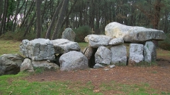 Tumulus à trois dolmens de Mané-Kérioned - English: Dolmen de Mane-Kerioned/Burial Chambers in Brittany France.