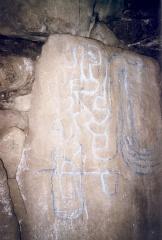 Tumulus à trois dolmens de Mané-Kérioned -  Gravure à l'intérieur du dolmen (celui de droite)