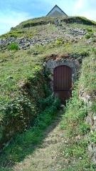 Tumulus-dolmen du Mont-Saint-Michel - Entrée Est du Tumulus Saint-Michel à Carnac en France
