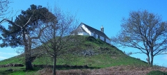 Tumulus-dolmen du Mont-Saint-Michel - English: A chapel built on the Tumulus Saint-Michel in Carnac (France).