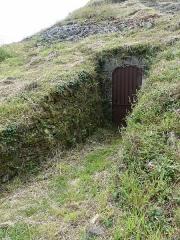 Tumulus-dolmen du Mont-Saint-Michel - Tumulus Saint-Michel (Carnac, Morbihan). Entrée de la galerie (aujourd'hui condamnée) creusée par l'équipe de Zacharie le Rouzic pour explorer l'intérieur du tumulus
