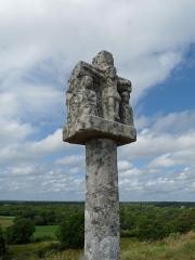 Tumulus-dolmen du Mont-Saint-Michel - Calvaire au sommet du tumulus Saint-Michel (Morbihan)