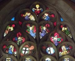 Eglise Saint-Jean-Baptiste - Français:   Maîtresse-vitre de l\'église Saint-Jean-Baptiste de Le Croisty (56). Tympan. Anges aux instruments de la Passion et Christ du Jugement dernier.