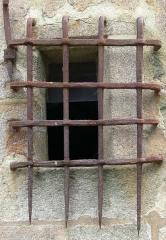 Eglise Saint-Jean-Baptiste, dite aussi Sainte-Anne -  Fenêtre de l'église de Le Guerno, protégée par un fer forgé ancien (Morbihan, Bretagne sud, France)