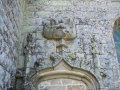 Chapelle Saint-Eloi - Français:   fleuron constitué par un ange portant un phylactère surmontant la porte sud en anse de panier (murée)de la chapelle Saint-Eloi de Guiscriff (Morbihan)