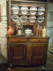 Porte-prison (anciennement porte de Broérech) - Français:   Buffet et vaisselier bretons exposés au musée des Tours Broerec\'h à Hennebont