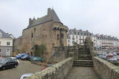 Porte-prison (anciennement porte de Broérech) - Français:   Remparts d\'Hennebont et la tour Broërech, France