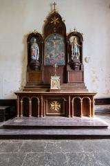 Eglise Sainte-Croix - Français:  Maître-autel de la chapelle Sainte-Croix de Josselin (France). À gauche: statue de saint Joseph, en plâtre. À droite: statue de saint Sébastien, en plâtre. Au centre: tableau représentant la crucifixion, daté de 1828.