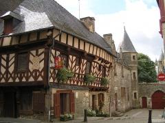 Deux maisons en pans de bois - Français:   office du tourisme et château de Josselin