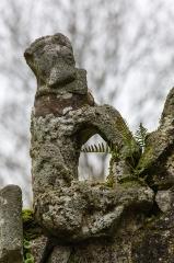 Chapelle Notre-Dame de la Clarté de Locadour - Français:  Animal fabuleux à la base du rampant nord de la façade de la chapelle Notre-Dame-de-la-Clarté à Kervignac (France)