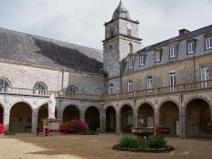 Ancienne abbaye - English: Cloître de l'abbaye de Langonnet, Morbihan