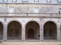 Ancienne abbaye - English: Entrée de la salle capitulaire de l'abbaye de Langonnet, Morbihan