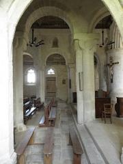 Eglise Saint-Pierre et Saint-Paul - Vue traversante d'une travée de nef et de ses collatéraux. Église Saint-Pierre-et-Saint-Paul de Langonnet (56).