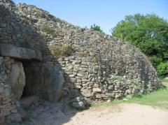 Tumulus-dolmen de l'île Gavrinis -  Ile de Gavrinis. Photo de Bratis, prise en septembre 2006, lors d'une visite guidée.