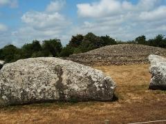 Dolmen dit Table-des-Marchands -  Locmariaquer - Großer Menhir und der rekonstruierte Hügel des Table des Marchand