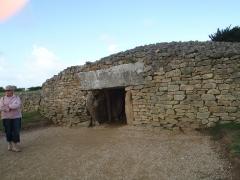 Dolmen dit Table-des-Marchands - English: Entrance to dolmen (tumulus) Er Grah in Locmariaquer, Bretagne