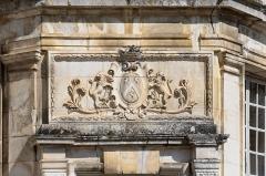 Allée couverte coudée de Mané-er-Loh, dite Mané-Bras - Armoiries des Thévenin, marquis de Tanlay,  De gueules au chevron d'argent, accompagné de trois lions d'or[1]. Château de Tanlay (Yonne, région Bourgogne, France)