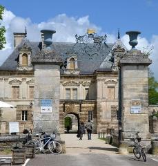 Allée couverte coudée de Mané-er-Loh, dite Mané-Bras - Entrée du chateau de Tanlay, Bourgogne, France