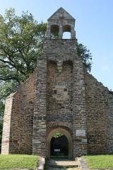 Ruines de la chapelle de la Madeleine - Français:   La Chapelle de la Madeleine de Malestroit: le clocher-mur.