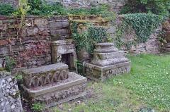 Ruines de la chapelle de la Madeleine - Français:   La Chapelle de la Madeleine de Malestroit: vestiges à l\'intérieur de la chapelle.
