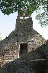 Ruines de la chapelle de la Madeleine - Français:   La Chapelle de la Madeleine de Malestroit: le clocher-mur vu de l\'intérieur.