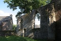 Ruines de la chapelle de la Madeleine - Français:   La Chapelle de la Madeleine de Malestroit: vue de l\'intérieur.
