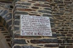Ruines de la chapelle de la Madeleine - Français:   La Chapelle de la Madeleine de Malestroit: plaque commémorative de la trêve de Malestroit.