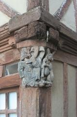 Maison du 15e siècle, appelée Maison de la Truie qui file, ou Maison des Singes - Français:   Maison de la Truie-qui-File à Malestroit. Lièvre joueur de cornemuse et personnage sculpté en chapiteau (bois)