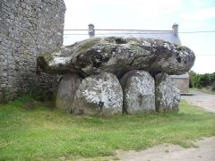 Dolmen de Crucuno - Deutsch: Dolmen (bretonisch Steintisch) Auf aufgerichteten Tragsteinen liegende grosse Steinplatten bezeichnet man als Dolmen -Megalithkultur der Jungsteinzeit(Neolithic) und Bronzezeit 4500 - 2300 v.Chr. - GangGrab von Crucuno - Departement Morbihan - Bretagne.