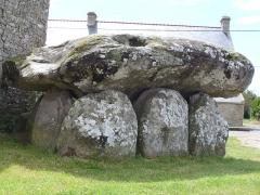 Dolmen de Crucuno -  Dolmen (bretonisch Steintisch) Auf aufgerichteten Tragsteinen liegende grosse Steinplatten bezeichnet man als Dolmen -Megalithkultur der Jungsteinzeit(Neolithic) und Bronzezeit 4500 - 2300 v.Chr. - GangGrab von Crucuno - Departement Morbihan - Bretagne