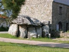 Dolmen de Crucuno - Français:   Le dolmen de Crucuno à Plouharnel, contre lequel a été bâtie une maison.