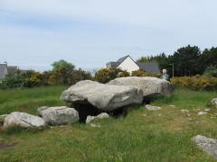 Trois dolmens dans le tumulus de Rondossec - Deutsch: Dolmen von Rondossec bei Plouharnel, Morbihan