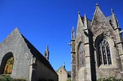 Eglise Saint-Thuriau - Français:   Chapelle de la Trinité (Plumergat) à gauche, chapelle de Saint-Servais à droite, et église Saint-Thuriau dans au milieu dans le fond