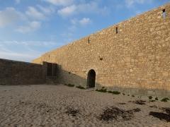 Fortifications de la ville : Citadelle et remparts -  les remparts et la plage de port louis