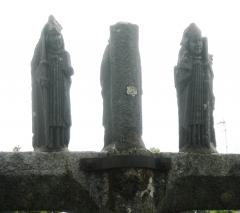 Ancien cimetière, au sud de l'église - Français:   Deux évêques, mitrés et portant la crosse. Personnages sculptés au sommet de la face Ouest du calvaire de Quéven, attribués à Roland Doré (avant 1660).