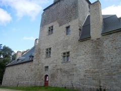 Château de la Villeneuve-Jacquelot - Français:   façade arrière du château de la Villeneuve-Jacquelot (Morbihan) et sa grosse tour carrée.