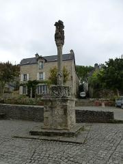 Calvaire situé sur la place de l'église Notre-Dame-de-La-Tronchaye -  calvaire a rochefort-en-terre