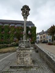 Calvaire situé sur la place de l'église Notre-Dame-de-La-Tronchaye -  le calvaire de l'eglise notre dame de la tronchaye