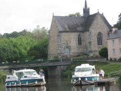 Chapelle Notre-Dame-de-Bonne-Encontre à Saint-Samson - Français:   La Chapelle ND de Bonne Encontre au quai sur le canal de Nantes à Brest