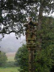 Fontaine Saint-Adrien avec son calvaire - Français:   Détail de la face Nord Est du calvaire