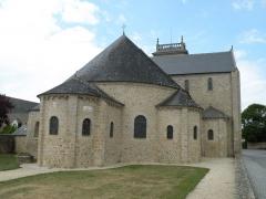 Eglise Saint-Gildas - vue est de l'abbatiale de Saint-Gildas-de-Rhuys, l'abside et ses absidioles. On aperçoit l'appareil en arête-de-poisson du transept qui date du XIe ou XIIe siècle, signalé par Mérimée dans ses Notes d'un voyage dans l'Ouest de la France