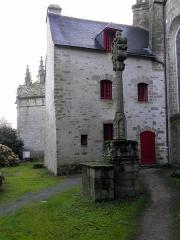 Cimetière - Français:   Façade nord de la cathédrale Saint-Pierre de Vannes (56). Calvaire et sacristie.