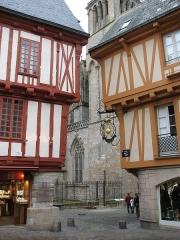 Maison - Français:   Maisons à pans de bois place Henri IV à Vannes